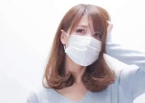 美女戴口罩